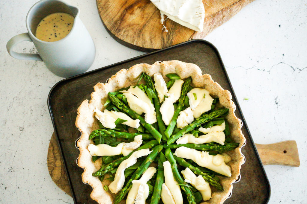 Arrange the garlic, asparagus and camembert in the case